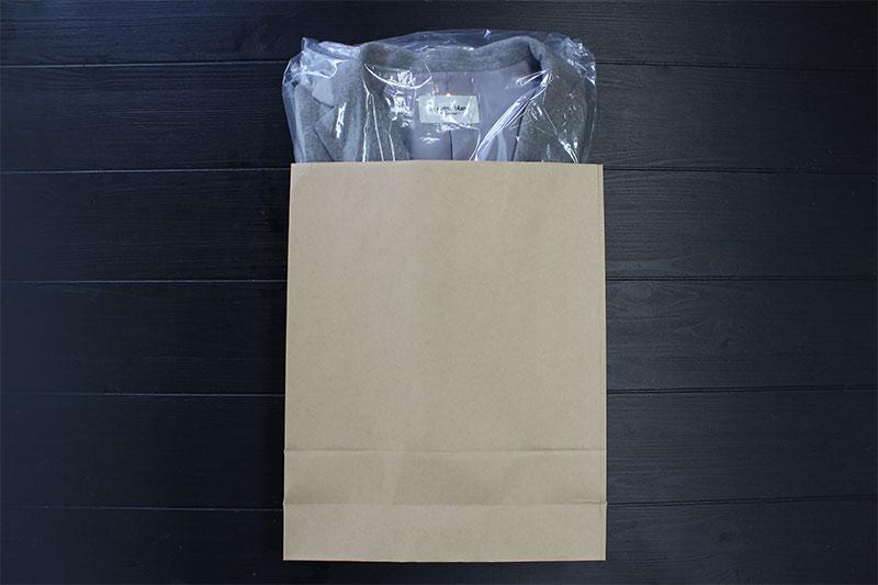 宅配用の袋(紙袋でも可)に入れる